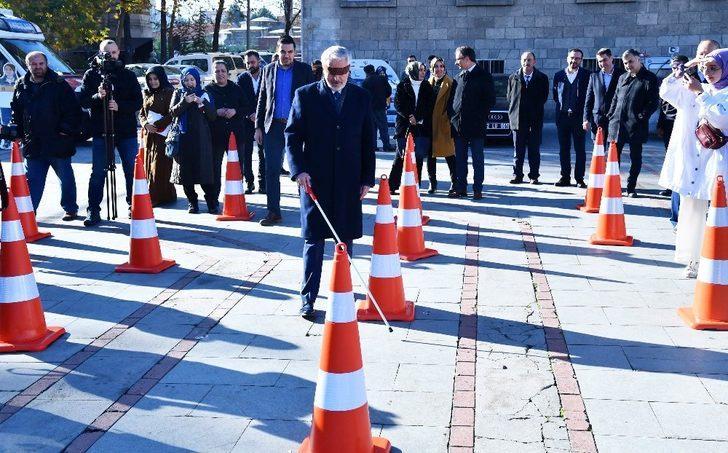 Belediye Başkanının gözlerini bağladılar, bastonla parkurda yürüttüler