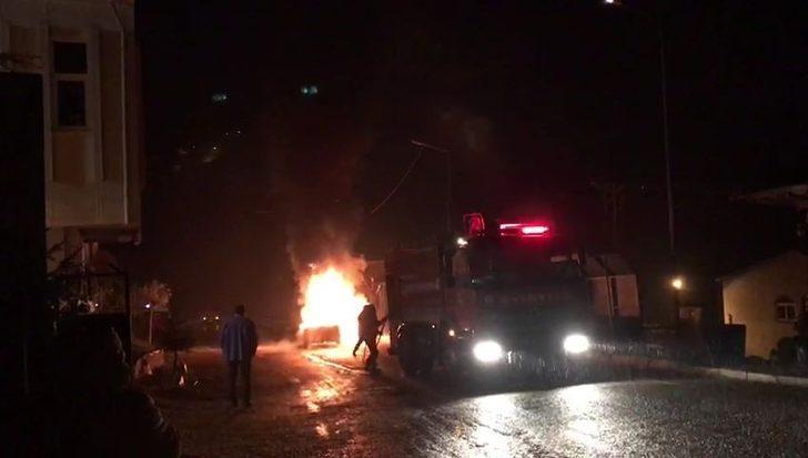 Motorundan sesler gelmeye başlayınca park ettiği araç alev alev  yandı