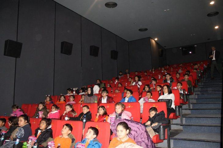 Öğrenciler ilk kez sinemada film izledi