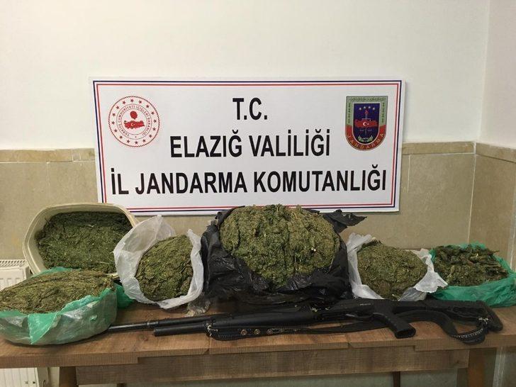 Jandarma takip etti, 2 şüpheliyi 12 kilo 870 gram esrarla yakaladı