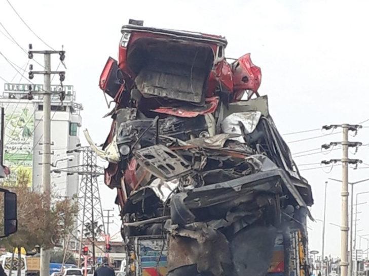 Adana'da hurda araç taşıyan kamyon trafikte tehlike saçtı