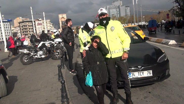 (Özel) Üşüyen Suriyeli minik kıza polis şefkati