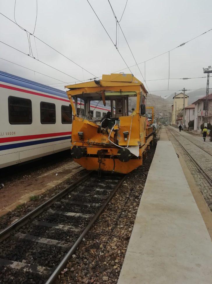 Divriği'de, demir yolunda iş makineleri çarpıştı: 1 ölü, 4 yaralı/ Fotoğraflar