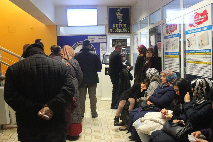 Samsun'da yeni kimlik kartı haberini duyan vatandaşlar Nüfus Müdürlüğüne akın etti