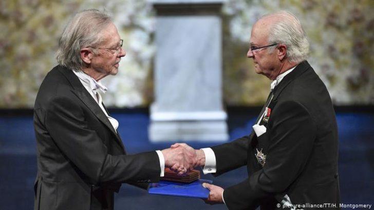 Handke Nobel'i protestolar eşliğinde aldı
