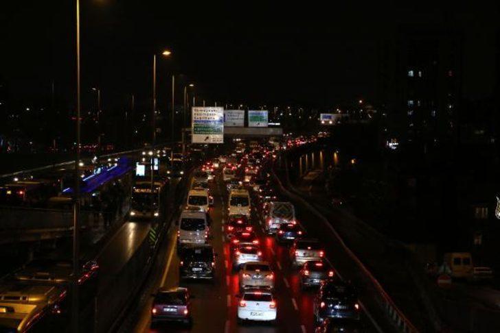 Son dakika: İstanbul'da yağış trafiği olumsuz etkiledi