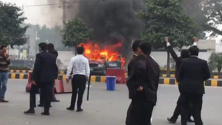 Pakistan'da avukatlar ve doktorlar arasında arbede: 3 ölü