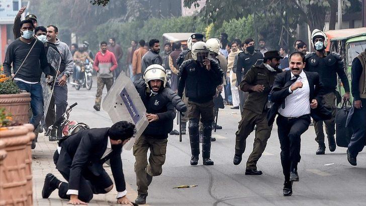 Pakistan: Yüzlerce avukatın saldırdığı hastanede üç hasta öldü
