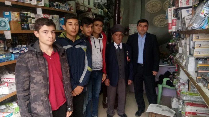 Lise öğrencileri Kıbrıs gazisini ziyaret etti