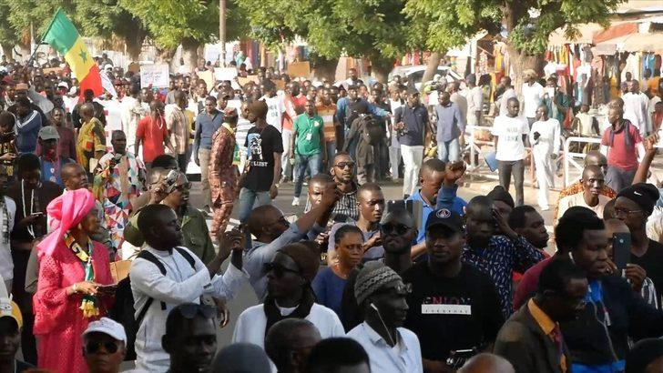Senegalliler, elektrik zammını protesto etti