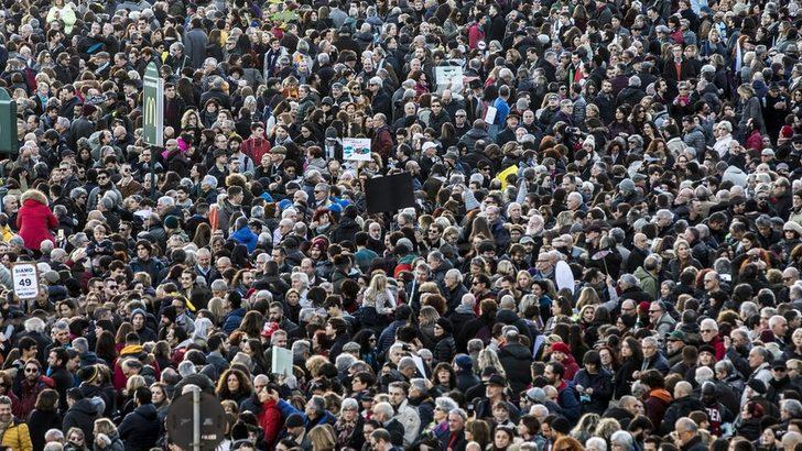 """Salvini'ye karşı 100 bin """"sardalya"""" Roma'da sokakta"""