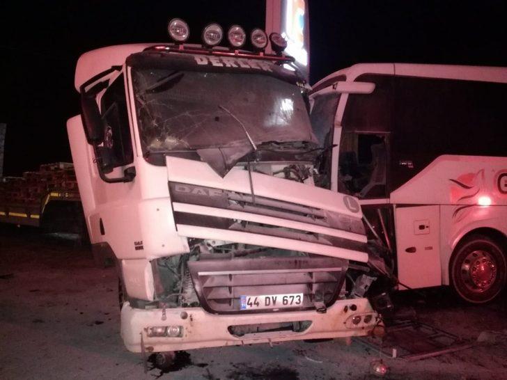 Malatya'da yolcu otobüsü ile kamyonet çarpıştı: Yaralılar var!