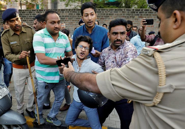 Hindistan polisinden protestoculara sert müdahale