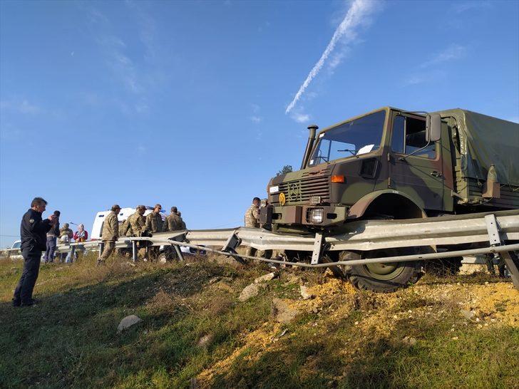 Edirne'de bariyere çarpan askeri araçtaki 8 asker hafif yaralandı