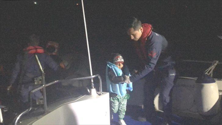 İzmir'de botları sürüklenen 24 düzensiz göçmen kurtarıldı