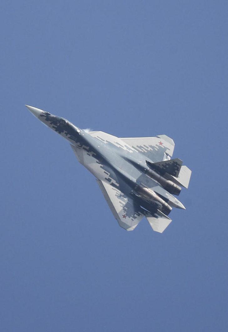 Rusya'da Su-57 savaş uçağı, test uçuşu sırasında düştü