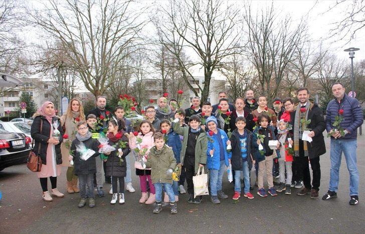 Almanya'daki Türk çocuklarından Noel'de huzurevi ziyareti