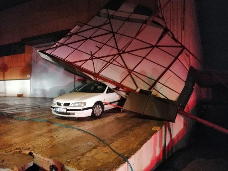 Bir hafta önce aldığı aracın üzerine çatı düştü!