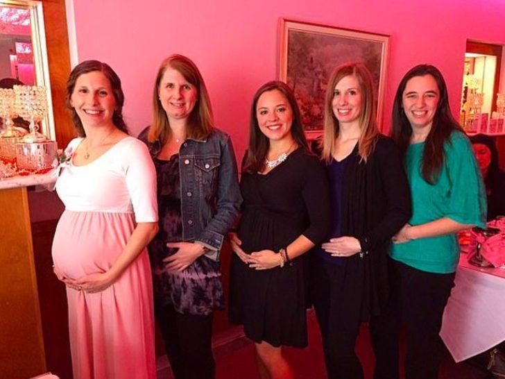 Yıllardır çocuk sahibi olmaya çalışan 5 arkadaş aynı yaz hamile kaldı
