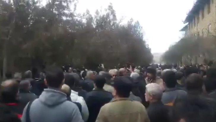 Ukrayna uçağı kurbanları protestolar arasında defnedildi