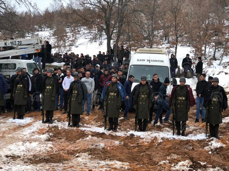 Şehit cenazesinde askerler üşümesin diye kendi montlarını verdiler!