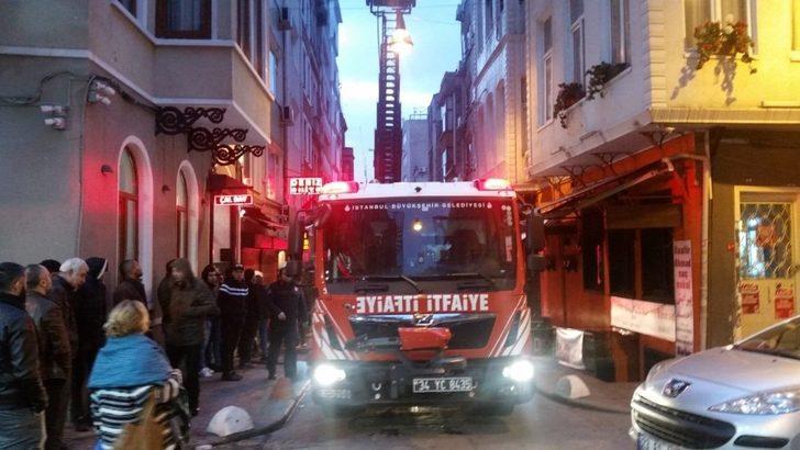 Beyoğlu'nda 4 katlı apart otelde korkutan yangın