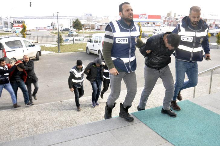 Polisi görünce çoraplarına sakladıkları altınları yola attılar