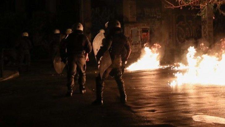 Yunanistan'da AEK taraftarları polis aracı yaktı
