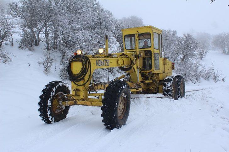 Elazığ'da karla mücadele:35 köy yolunun açılması için çalışma yürütülüyor