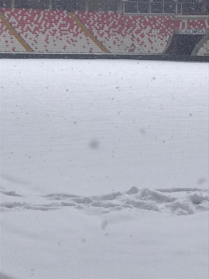 Antalyaspor uçağı olumsuz hava şartları sebebiyle Sivas'a inemedi