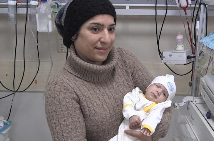Organları dışarıda doğmuştu... Baran bebek yaşam mücadelesini kazandı