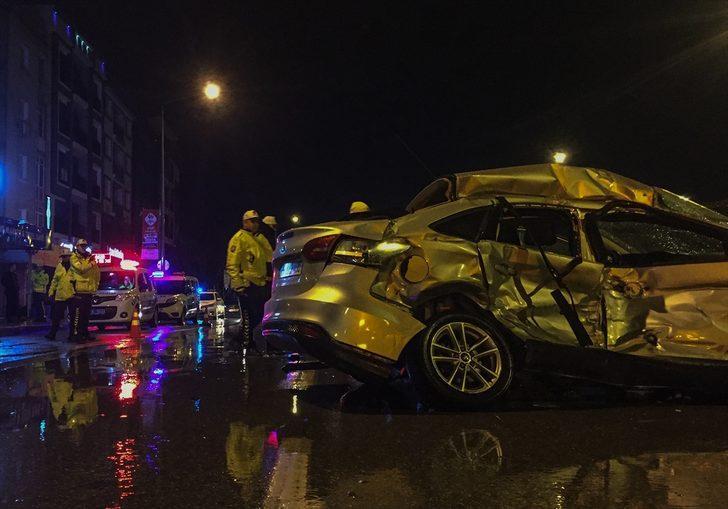 İzmir'de park halindeki araçlara çarparak devrilen otomobilin sürücüsü hayatını kaybetti