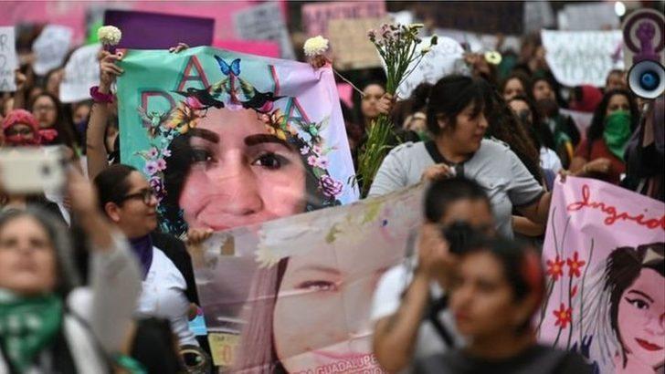 Meksika'da göstericiler bir kadının erkek arkadaşı tarafından öldürülmesini ve parçalanmış ceset fotoğraflarının yayımlanmasını protesto etti