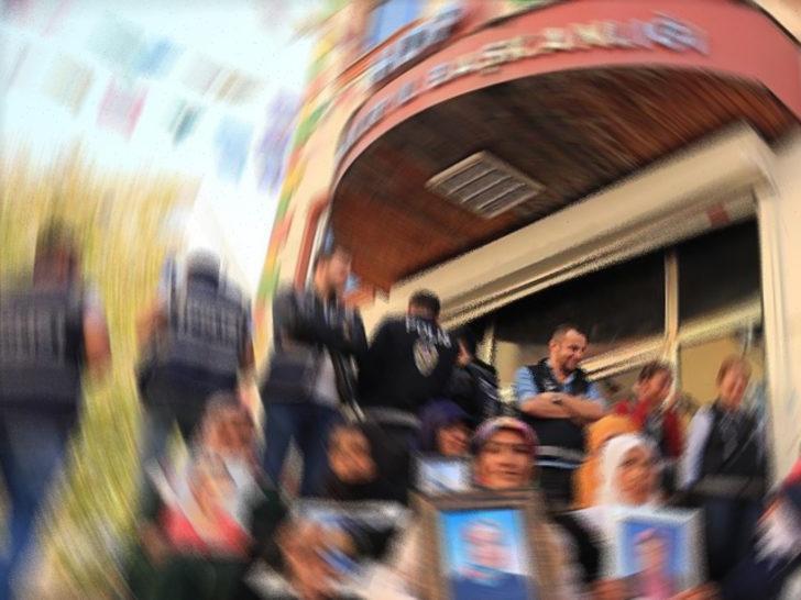 Son dakika: HDP binası önündeki evlat nöbetinde bir aile daha evladına kavuştu