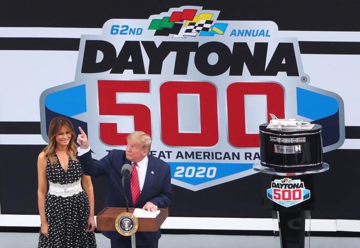 Trump geleneksel yarışlarda limuzinle şov yaptı!