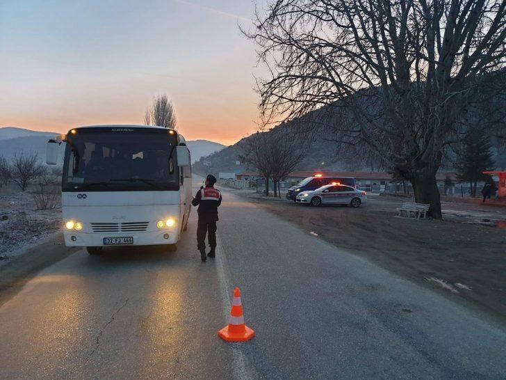 Jandarma, kurallara uymayan 62 aracı trafikten men etti