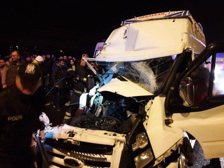Aksaray'da tarım işçilerini taşıyan minibüs TIR'a çarptı: 12 yaralı