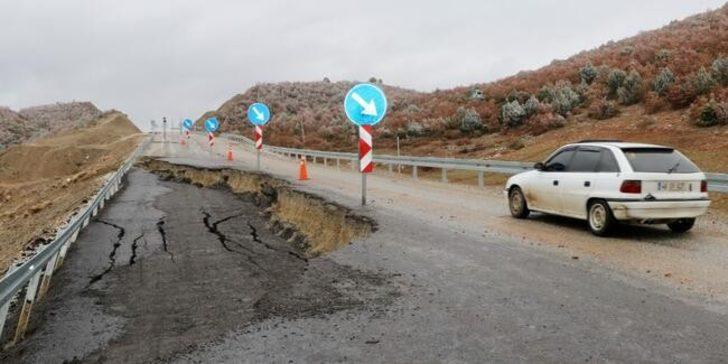 Afyonkarahisar'da yol çöktü! Dev çukur oluştu