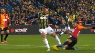 Derbide tartışmalı penaltı pozisyonu