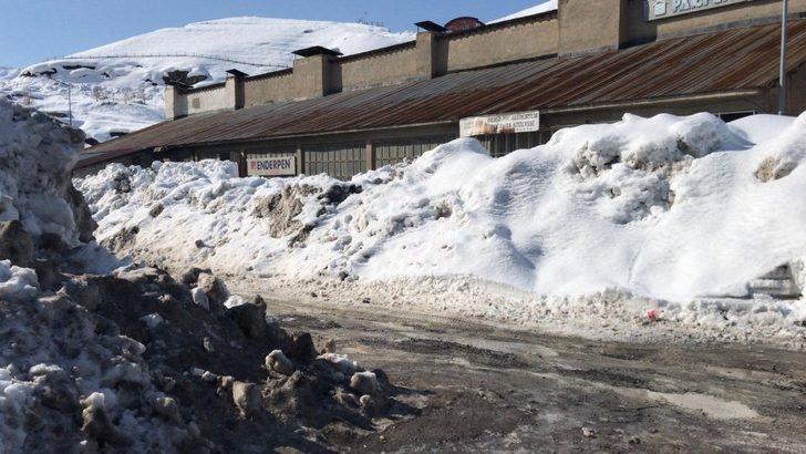 Hakkari kent merkezide karla mücadele sürüyor