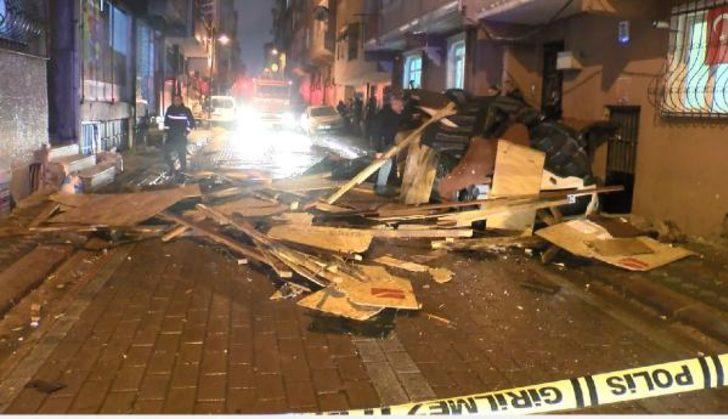 İstanbul'da faciadan dönüldü! Çatı otomobilin üzerine uçtu