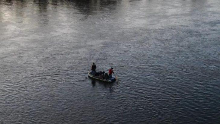 Meriç'ten botlarla Yunanistan'a geçenler havadan görüntülendi