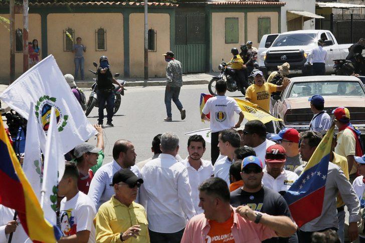 Venezuela'da Guaido'yu protesto eden grup ve taraftarları arasında arbede