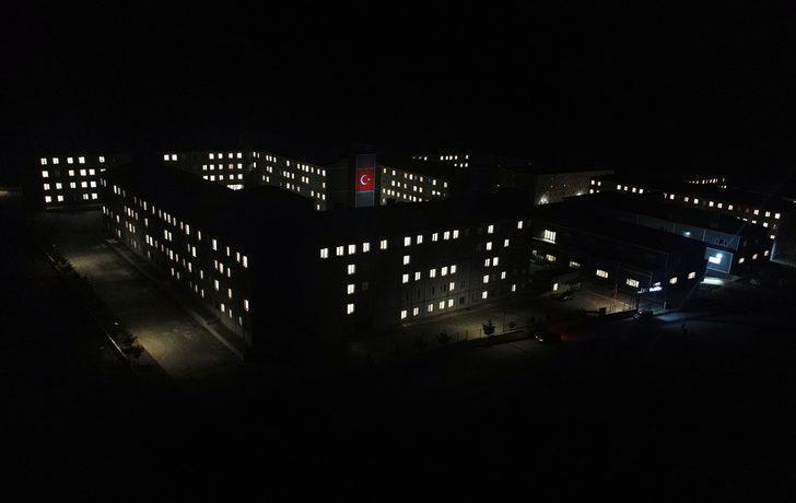 Türkiye Mehmetçik için tek yürek! Binadaki ışıklarla yaptılar