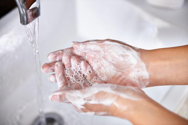 Elleri yıkamak maske takmaktan daha iyi koruyor!