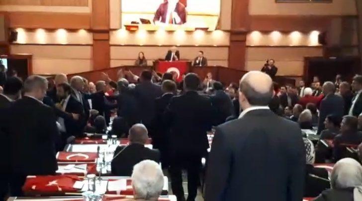 İBB Meclisi'nde gerilim! AK Partili ismin üzerine yürüdüler