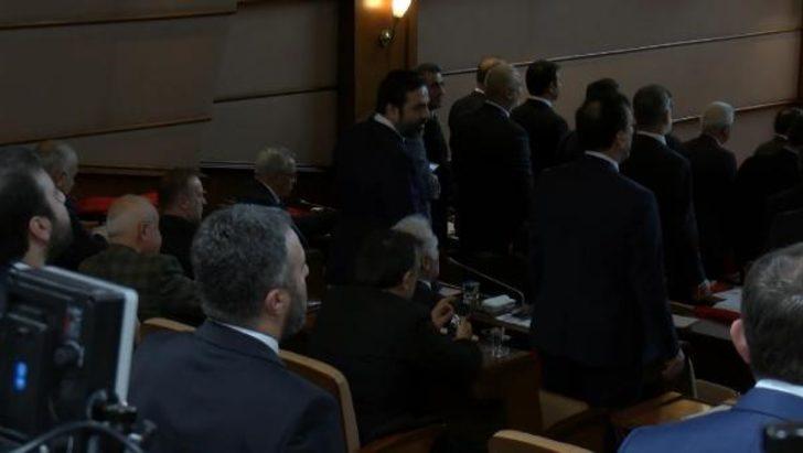 İBB Meclisi'nde İstiklal Marşı okunurken bazı CHP'lilerin ayağa kalkmaması tepki çekti