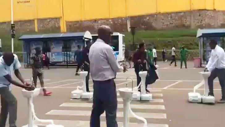 Ruanda'da alkış toplayan koronavirüs önlemi: Otobüs duraklarına seyyar musluklar yerleştirildi