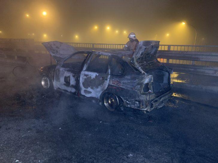 Pendik'te seyir halindeki otomobil alev aldı