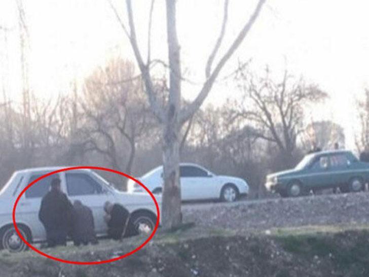 Sosyal medya bu görüntüyü konuşuyor! Polisi görünce otomobilin arkasına saklandılar